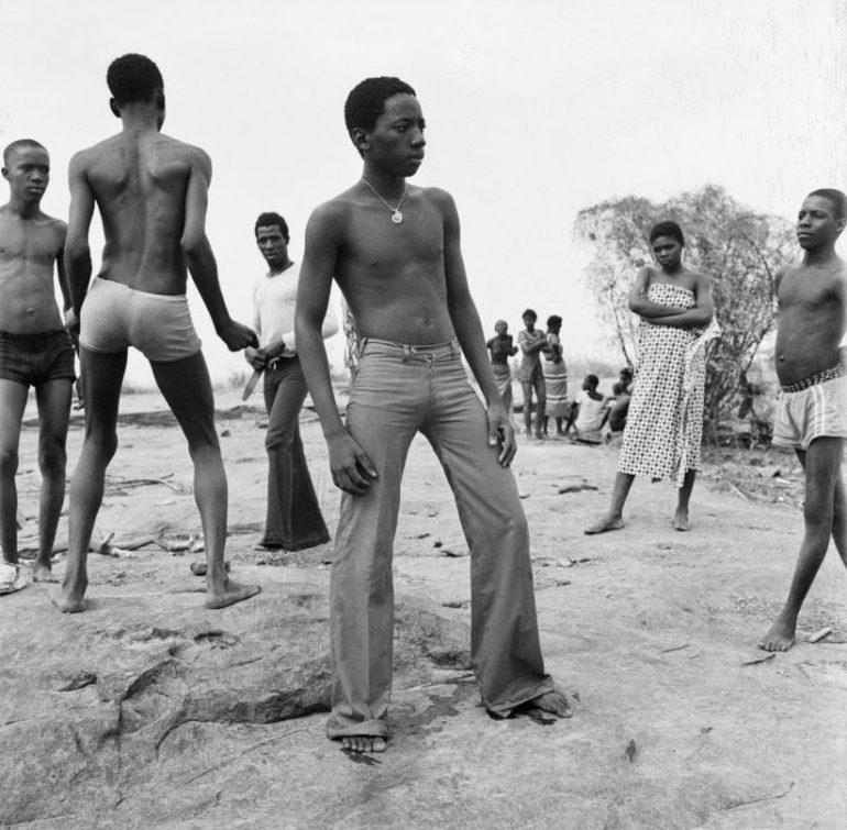 malick-sidibc3a9-a-la-baignade-au-fleuve-niger-1973-e1479753271585