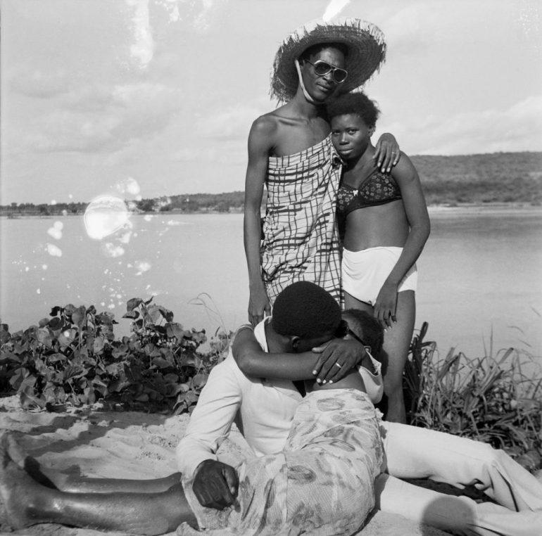 malick-sidibc3a9-les-retrouvailles-au-bord-du-fleuve-niger-1974-e1479753301884